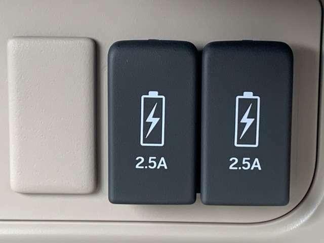 電子機器の充電ができるUSBジャックが付いております。