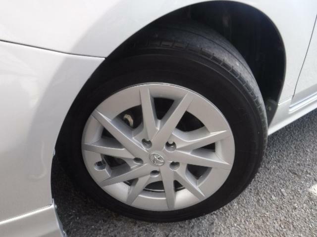 205/60R/16のタイヤを装着しています。作りの良い純正アルミがボディーデザインと融合します。