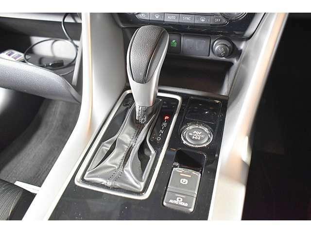 スイッチ操作で作動できる電動パーキングブレーキを装備!また、信号待ちなどの停車時にブレーキペダルから足を離しても停車状態を維持することができるブレーキオートホールドスイッチも装備しています。