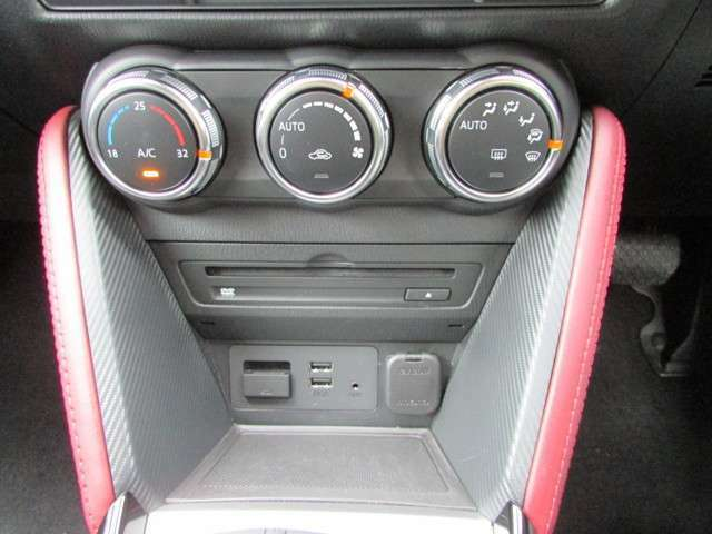 運転席と助手席それぞれに温度設定のできるフルオートエアコンを標準装備。季節やシーンを問わず快適な室内環境を提供します。