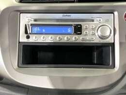 ダッシュボードに自然に溶け込むようにデザインされた純正FM/AM/CDチューナー(CX-484)を装備。