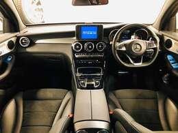 立体的な形状のシートがしっかり身体を支えスポーティなステアリングとペダルが正確な運転操作をサポートします!!!中央には8.4インチワイドディスプレイが装備されています☆