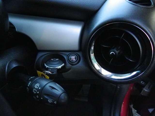 リモートコントロールキーを差し込み右側のボタンを押していただければエンジンがかかります。キーは2つご用意しております。