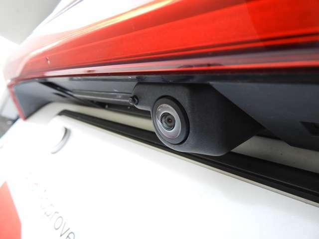 【360°サラウンドカメラ】車を真上から見たような視点で、周辺を確認しながら駐車することができます。
