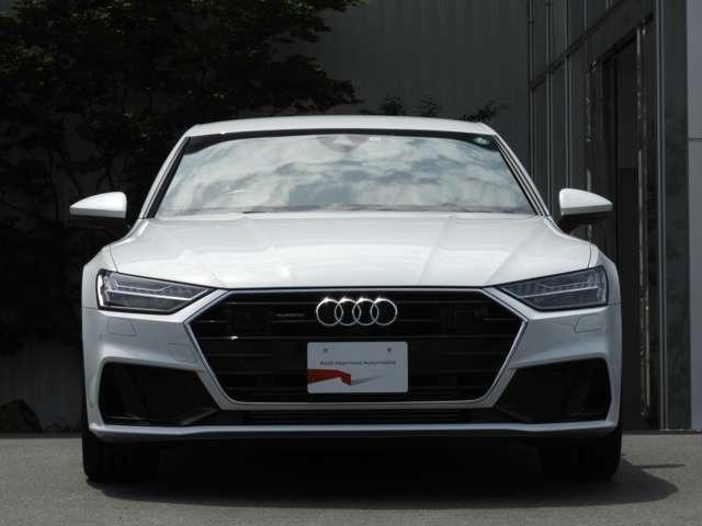 【外装】アウディのシンボルであるシングルフレームグリルは、その大きな開口部から効率よく空気を取り込む機能性をも持ち合わせ、Audiのデザイン哲学のひとつである《用即美》の考え方を象徴する存在です。
