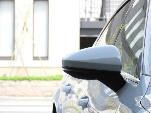 【アウディサイドアシスト】 後方から急速に接近する車両や死角を走行する車両があると、ドアミラーに内蔵されたLEDライトが点滅します。車線変更時の安全確認をサポートします。