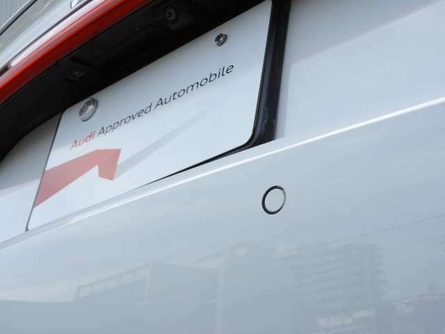 【APS(アウディパーキングシステム)】 駐車の際、360°カメラと前後障害物センサーによって音と画像で障害物までの距離をドライバーに知らせます。