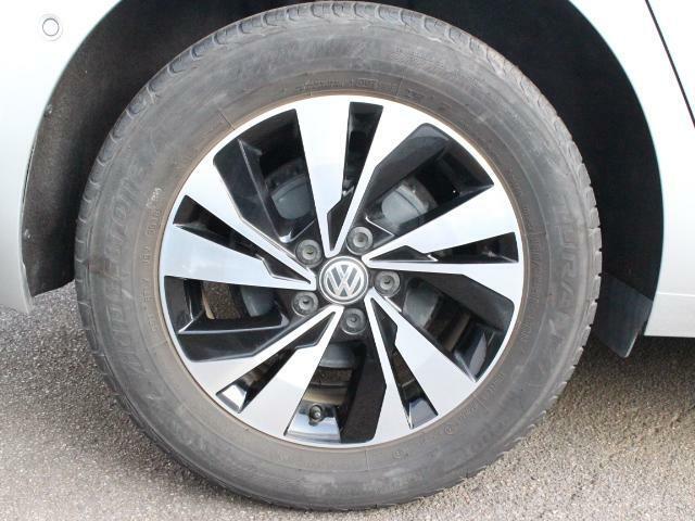 乗り心地と燃費性能を重視した15インチタイヤに、専用デザインの純正アルミホイールを装着。