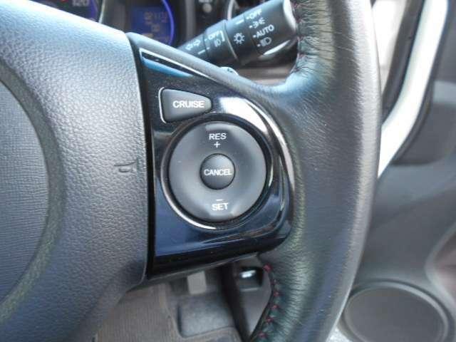 ハンドルの右側にあるボタンがクルーズコントロールです。アクセルペダルを踏まずに定速走行。燃費向上、高速走行がグッと快適になります。