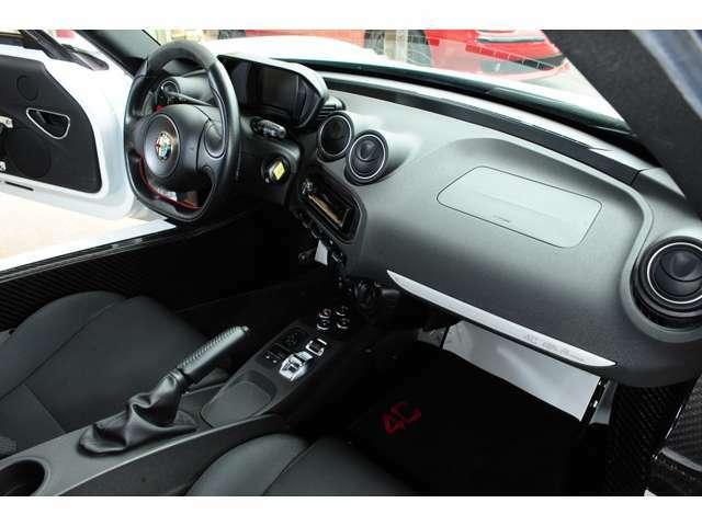 車重1050キロ(乾燥重量)はこのシンプルな装備にも表れています。