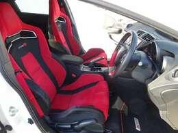 ホールド性のいいフロントシート!包み込まれるような座り心地!