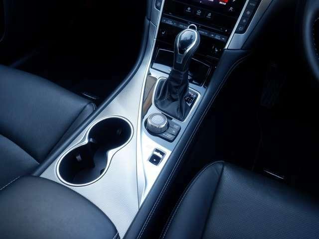エンジンやトランスミッション、ステアリング、アクティブレーンコントロールなどを統括制御して、多彩な走りのモードを設定可能なドライブセレクター付