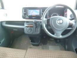 視界も良好の運転席はベンチシートで移動もラクラク。
