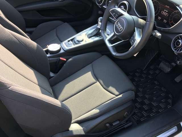 運転席シートもとてもきれいな状態です。