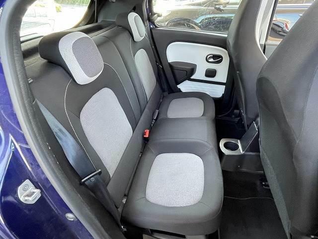 リアコーナーセンサー付きです。バックカメラも装備しておりますので駐車時も安心です。