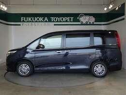 トヨタの上級ミニバン、エスクァイアGi ブラックテイラードが入荷しました。色は人気のスパークリングブラックパールCSです。