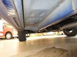 【当社のこだわり其の二】当社の車の9割以上がサビの少ない本州仕入れ!道内で使われていた車は塩分タップリな融雪剤にさらされサビが目立ちます。当社は融雪剤の影響が少ない本州車を中心に仕入れを行っています!