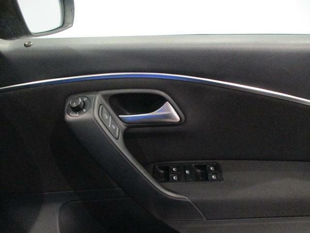 ドアトリムに電動格納式リモコンドアミラースイッチ、ヒーター付きで視界もスッキリ!