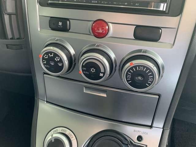 オールシーズン快適にドライブできます!温度をセットするだけで常に快適な温度を保ってくれるオートエアコン、大変に便利な装備です。