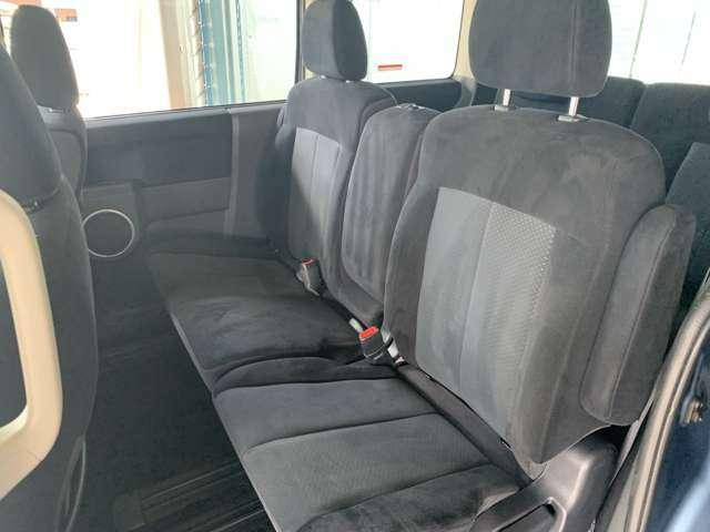後席も足元が広く乗り降りしやすいです。