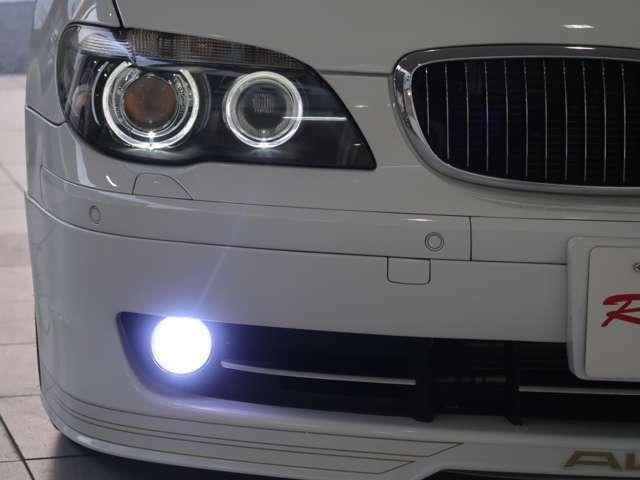 BMWの夜の顔と言える、リング状に輝くポジションライトと、ライセンスプレートライトはLEDに変更。フォグランプはHIDが装着され、純正の電球色とは違ったクールな輝きです。
