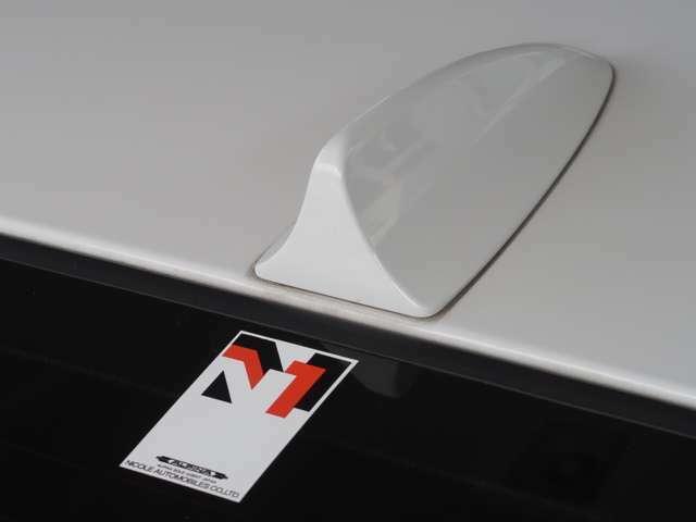この車両が正規輸入であることの証と言える、ニコルオートモビルズのステッカーも、ご覧の通りにキレイな状態となります。