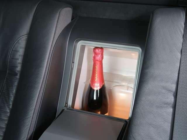 後席にお乗りになる大切なゲストをもてなす、リアセンター部分に設置された、温度調整式クールBOX。