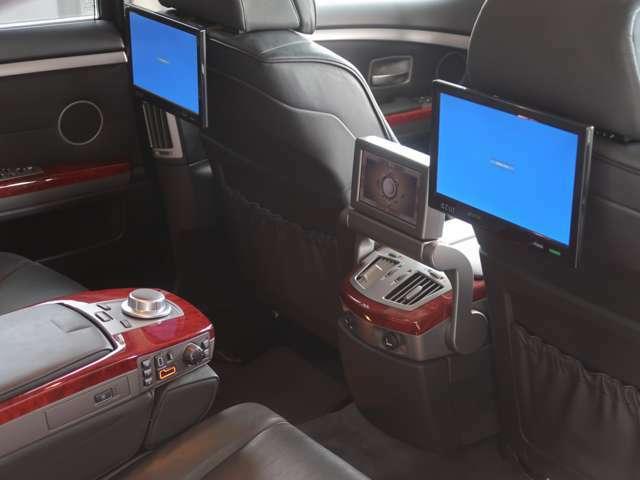 リア席用のモニターが装着されます。純正ナビや各種設定を行う6.5インチのBMW純正リアモニターと、左右のリアシートに装着され、テレビなどを視聴できる大型モニターが備わります。