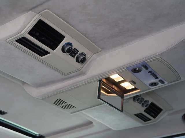 インディビデュアル・アルカンターラ・ルーフライニングは汚れもなく、非常にキレイなコンディションとなります。ルーフハンドルウッドや、リアエアコンカバー&ルームランプカバーレザーはオプションとなります。