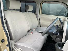 ベンチシートタイプのフロントシートはまるでリビングのソファのような座り心地。ゆったり乗れるコンパクトキューブ、おススメです!!