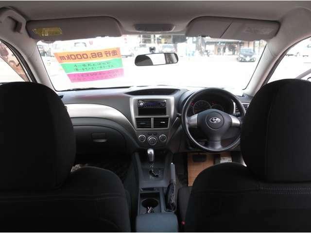 車の運転席です