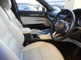 内装は白内装で質感が高く、車内も明るく感じていただけます!