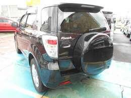 後方写真です。背面タイヤカバー ハイマウントストップランプ付きルーフスポイラー