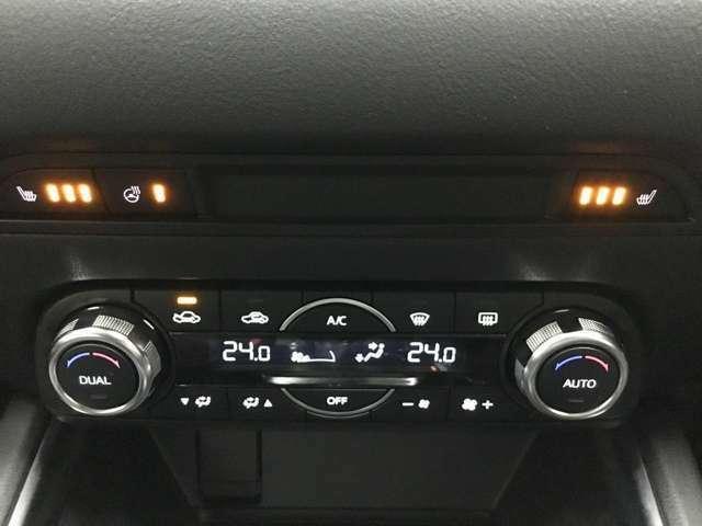 Bプラン画像:運転席・助手席のシートヒータースイッチ♪ステアリングヒータースイッチもこちらです♪なんと後部座席にもシートヒーター搭載しています♪