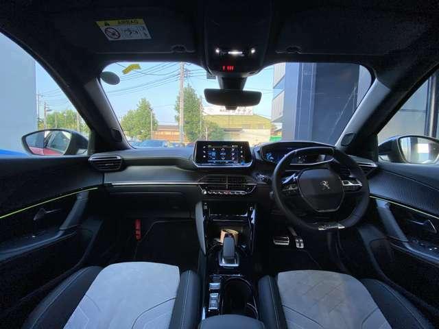 i-Cockpitのコンセプトを基に小径化したハンドルは女性でも楽に運転が可能です