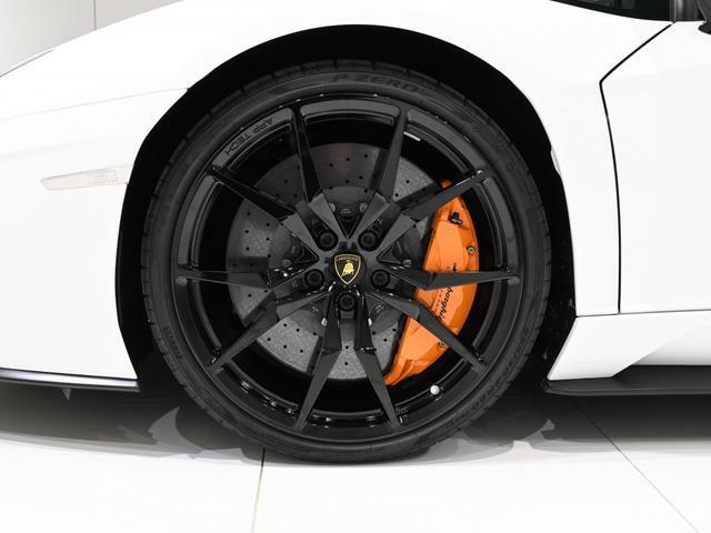 グロスブラックに塗られた、Dione Forged Front20/Rear21inch に合わさるキャリパーはオレンジです。
