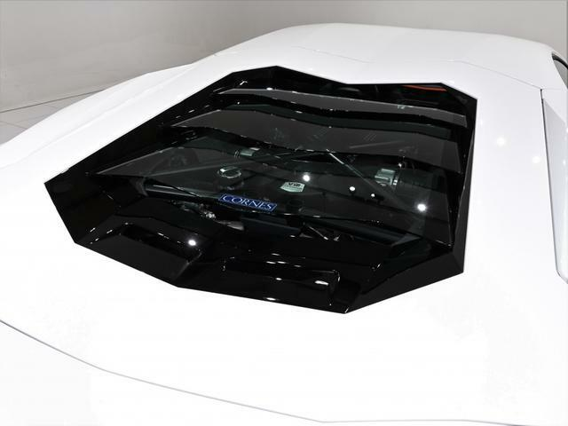 オプションのガラスエンジンフードが装着されています。 エンジンルームをのぞき込むと、エンジンが顔を覗かせます。