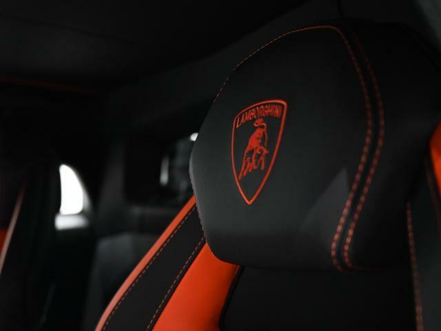 Aventador Sのみに採用されている内装パターンです。オレンジのステッチが目を引くお洒落なインテリアです。(New Trim interior on leather)