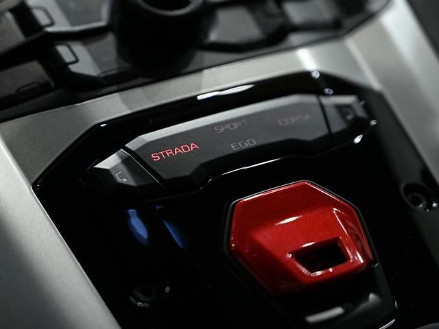 ドライブモードはストラーダ/スポルト/コルサ/エゴの4モードを用意。新たに加わったエゴモードは好みに応じてトラクション、ステアリング、サスペンションをカスタマイズ出来ます。