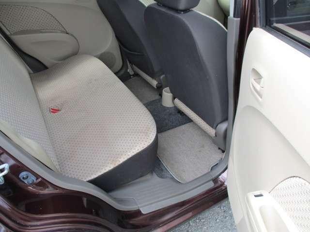 後部座席も足元スッキリですよ。