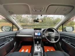黒を基調とした内装。コンパクトな外装だが、広々とした運転席!