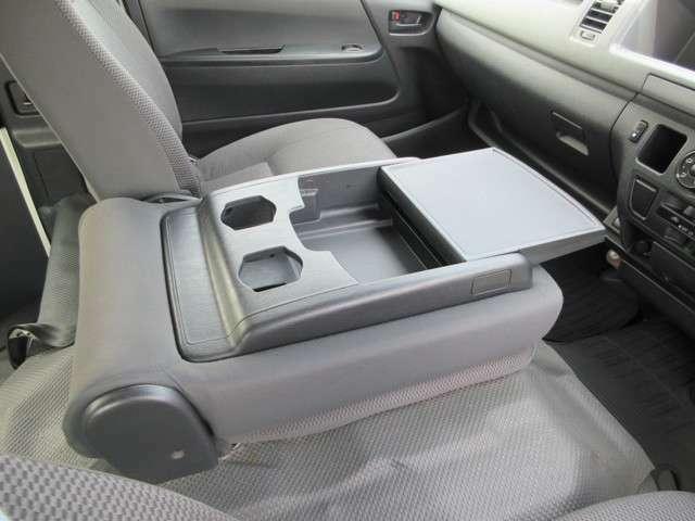 真ん中のシートを倒せば収納&テーブルにも。