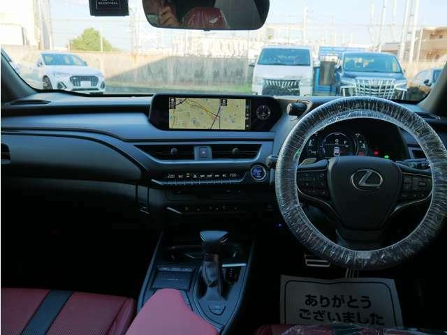 見渡しの良いドライビングシートは見切りもよく安心感があります。上品な赤革シートはドアを開けた瞬間から心地の良いドライブを約束してくれます。