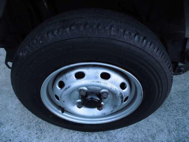 純正ホイール、タイヤ。