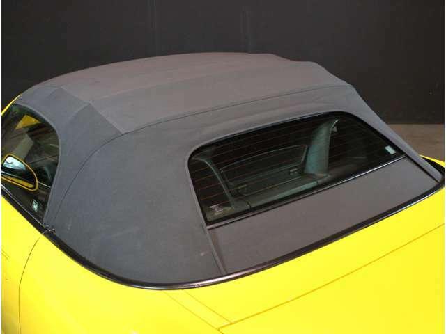 窓部分はガラスで後方視界も良好!!ガラス製はビニールに比べて耐久性も良いです。