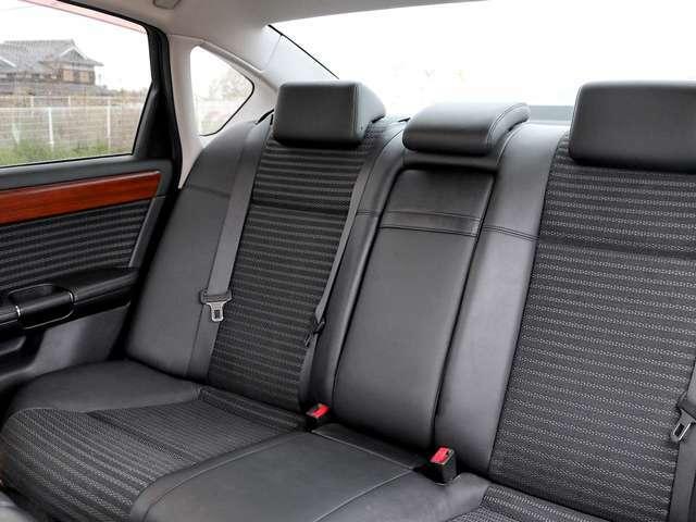 【ハーフレザーシート】ハーフレザーシートが採用されており、座り心地の良さはもちろん、黒革となっておりますので、高級感がある内装となっております。