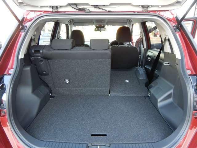 分割してシートを倒せますので、様々な使い方ができます。3~4名乗車+長めの荷物とか