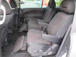 オットマン機能付きのセカンドシートはキャプテンシートです。前後左右に可動するのでベンチシートとしても使えます。