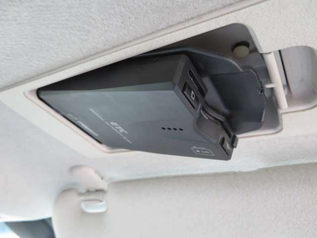 運転席のサンバイザー裏に装着されたETC。見えないところにあるのでスマートです。