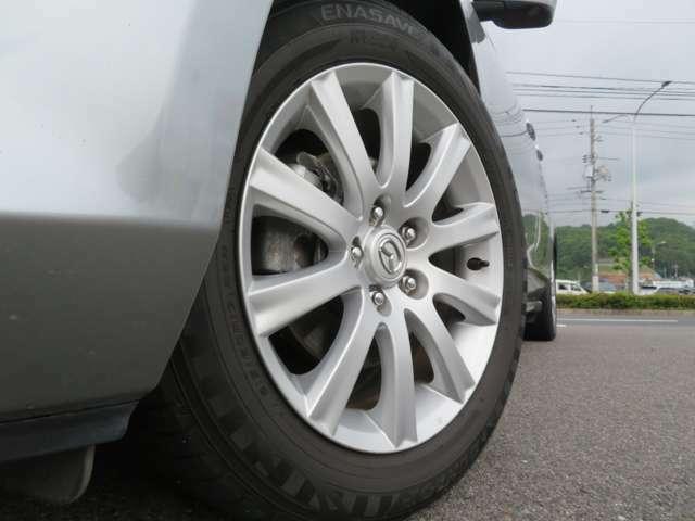 純正17インチアルミは2本に若干のガリ傷があります。タイヤの溝は4本とも4分山程度です。交換も視野に入れてご検討下さいね。当社で4本新品で3万円くらいで交換もできます。